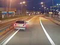 酔っぱらいか居眠りか。怪しすぎる動きをしていた車が少し先で事故ってた車載。