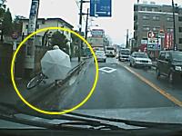 これはKOEEEEE!w(゚o゚)w傘さし運転の自転車が車道に倒れこんできた所をギリギリで回避!