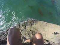 ガケ飛び込みで死にかけた男のビデオ。まじギリギリで思わず声が出た(°_°)