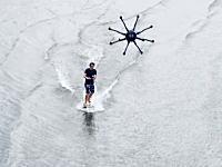 ドローンサーフィン。強力なドローンに引いてもらって水上を滑る新しいスポーツ。