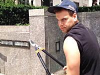 このイタズラひどすぎwwwセルカ棒(自撮り棒)を枝切りばさみで切り落としていく男www