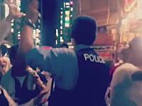 ノリの良い警官。広島カープ優勝で喜ぶ街の人たちのハイタッチに応じるポリスマン。