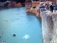 岩場飛び込みで25歳の男性が亡くなった事故のビデオ。衝突してない?