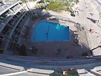 おいばかやめろ動画。ホテルの屋上から中庭のプールに飛び込む男のギリギリっぷり。