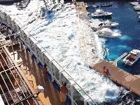 おい大型客船!場所を考えろ!マリーナを破壊した客船側からの映像が投稿される。