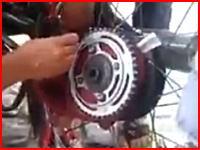 バイクのスプロケに巻き込まれて左手がヤバい事になっている女性の映像(((゚Д゚)))