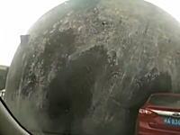 怖すぎワロタwww直径10メートルはありそうな巨大なボールが転がってきたら。