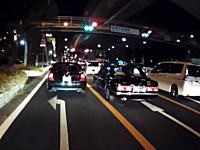 西宮市の国道43号線で信じられない運転をするタクシーが撮影される。