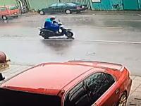 スーパー台風14号に襲われた台湾でスクーターに乗っていた男性が(°_°)