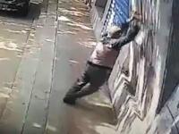 圧死(((゚Д゚)))崩れてきたブロック壁に潰されてしまった男性のビデオ。