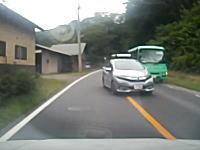 ヒヤリハット事例。バスをはみ越しするHONDAシャトルをフルブレーキングで回避。