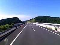 新東名高速で目撃されたビックリする抜き方をするアルファードの映像。