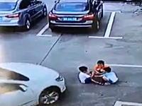 見えなかったのか?駐車場で遊んでいた3人の子供が車に轢かれてそのままゴリゴリされる。