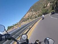 カーブを曲がりきれなかったバイクが縁石にヒット!転倒をギリで免れたと思ったら。