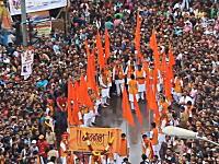 インドの民度。道路を埋め尽くした大群衆が救急車の為に綺麗に道を開ける。