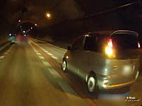 不自然な車線変更。故意の当て逃げか?狙ったように当ててきたファンカーゴを追跡車載。
