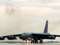 12機のB-52H戦略爆撃機が次々と飛び立つ異様な光景。第5爆撃航空団(BW)