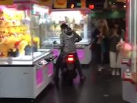 【神奈川DQN】ラウンドワン横浜西口店に原付で特攻するクソガキの動画が話題に。