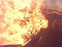 危機一髪。燃料タンクが突然破裂!炎に包まれる寸前の所で脱出したドライバー。