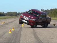 トヨタの新型ハイラックスが緊急回避スラローム試験でバッド評価。ムーステスト。