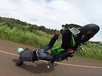 友人のカメラにカッコイイ姿を映してもらおうと無茶して転倒したライダー。巻き添えを食らったお仲間も(´・_・`)