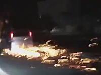 ローダウンしすぎた軽四がやばいwww火花バッチバチこれ道路削ってるだろwwww