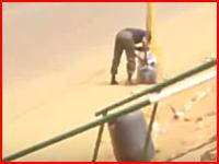 沿道に仕掛けられた爆弾を処理しようとした警察官が吹き飛ばされる(((゚Д゚)))