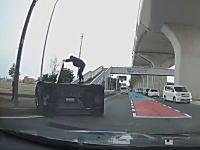 愛知で撮影された交差点事故でクイックに横転する軽自動車。ダッシュで助けに行く人GJ動画。