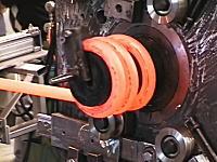 工場見学。巨大なバネを作る工場の作業風景。バネは大きくても作り方は同じなんだね。