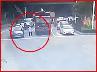 これ被害者はトラックだろ。信号待ちのトラックの目の前を通過しようとした老人が踏み潰される。