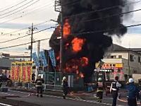 埼玉県新座市で発生した地下送電線の火災現場がヤバい。炎の勢いが凄い。