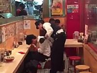 ラーメン店で寝ている迷惑な客がいたので警察を呼んだら客が発狂したwwwww