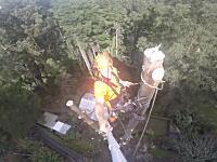 高所でキコリ。超のっぽな木を上から順に切り落としてく作業のビデオ。