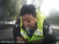 検問突破でボンネットに警官を乗せたまま時速100キロ近くで暴走する車。