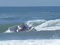 危険な操船。波がブレイクするような場所に突っ込んだ釣り船が横波を受けて転覆。