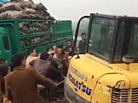 【中国】土地問題で抗議に集まったの村人をパワーショベルでなぎ倒す。ぶっ飛ばされるおばちゃん。