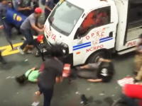 フィリピンの警察が強すぎる(°_°)デモ隊に警察車両を突っ込ませる暴挙にでるwww