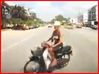 これは死なせたかも。2車線道路を横切ろうとしたバイクをモロに吹っ飛ばした車載。