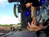 ロラパルーザのメインステージで演奏するデイヴ・ナヴァロのギターにGoProを装着してみた。