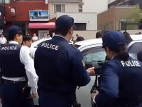 出てこいごるぁ!ワゴンRに籠城する男を窓ガラスを割って確保。奈良で撮影された逮捕劇。