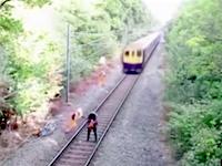 10月のGJ動画大賞。電車にひき殺されかけた酔っ払いを間一髪で助けた作業員。