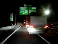 鉄壁のガード。左右にブンブン振って絶対に前を譲らないDQNトラック。