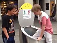 これは怖いYouTube。ゴミ箱の中に隠れようとした少年が消えてしまいパニックに。