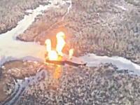 強いグングン動画。ナイジェリア空軍が盗まれた石油はしけをヘリコプターから破壊。