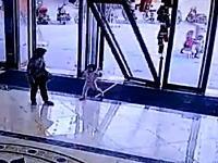 どんな壊れ方だよ?中国で撮影された閉まるドアに潰された赤ちゃんのビデオ。