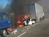 この中に人が(((゚Д゚)))名神高速でトラックに挟まれて炎上する車の映像がアップされる。
