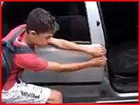 勢いよく閉める車のドアに指を挟む刑。車上荒らしの少年に与えられた罰が怖い(°_°)