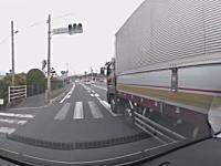 これはどっちが悪いドラレコ。並走するトラックの割り込みに危うく事故るところだった動画。