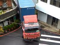 プロのお仕事。信じられない狭い場所を通り抜けようとする大型トレーラーの映像。