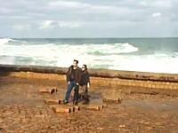 ワロタwww海水の吹き出す穴で記念写真を撮ろうとしたお姉さんがwwwどうすんだこれwww
